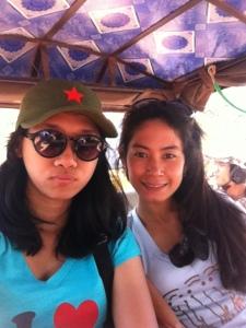 gue ama Desti naik tuktuk di Angkor Wat. udah gosong aja, sist!
